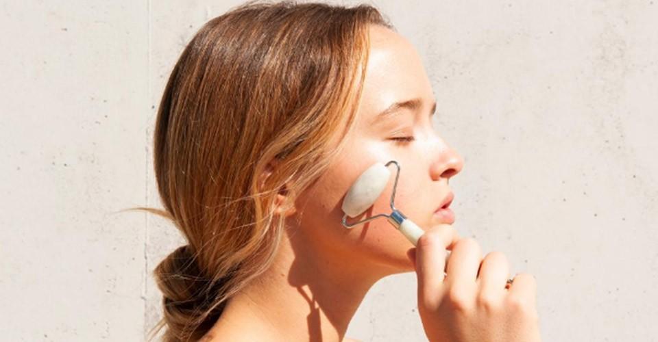 Gua Sha: massaggio facciale con le pietre preziose.